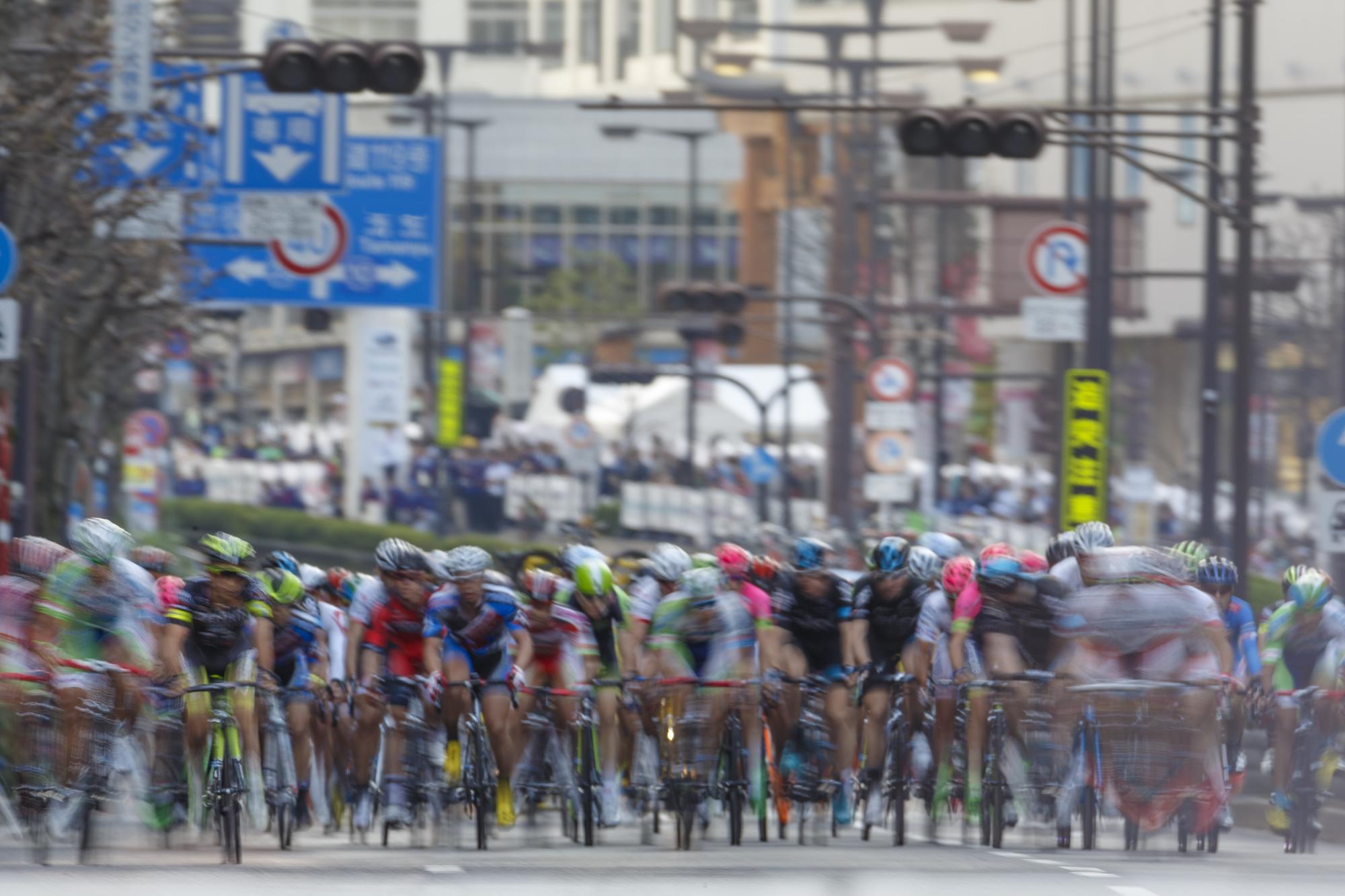 色とりどりのウェアをまとった選手たちが、市街地を疾走する